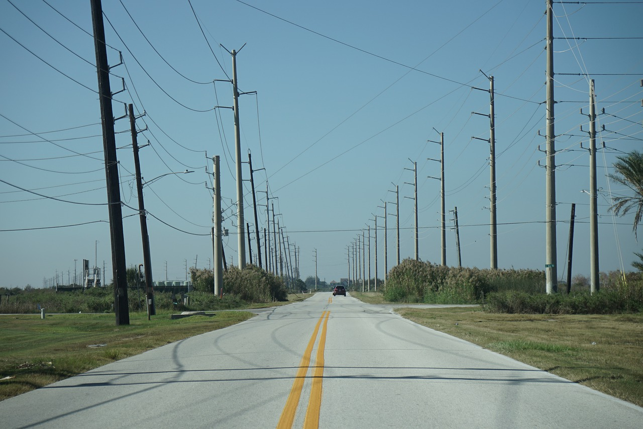 UK Plans to Install Overhead Powerlines for Trucks Traveling on the Highways