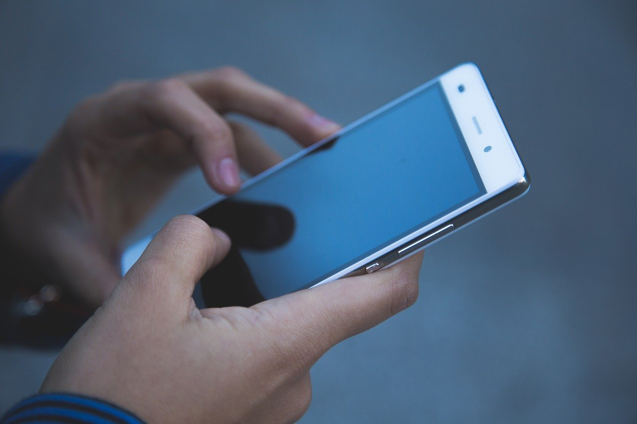 Researchers Create a Strong and Crack Resistant Glass-Like Material for Smartphone Screens